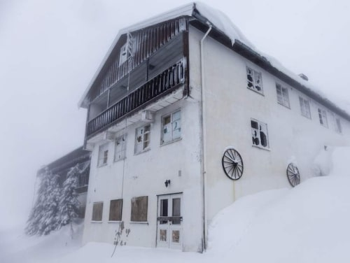 Snö och is har trängt igenom de stora fönstren och letat sig ända in i hotellkorridorerna.