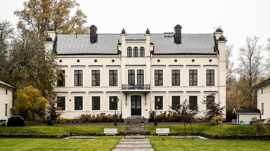 Huset med anor från 1875 är ute till försäljning för nästan 15 miljoner kronor.