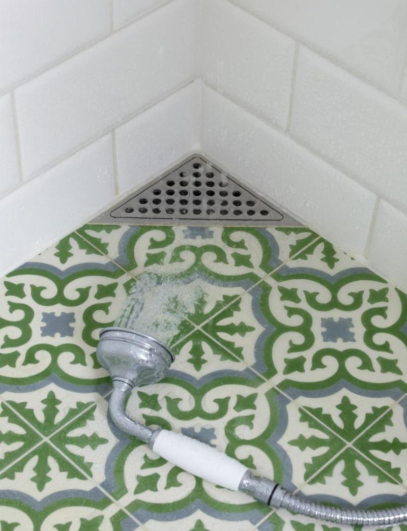 Smart golvbrunn som placerats diskret i ett hörn, finns hos de flesta byggvaruhus. Golvklinker från Marocko, 995 kronor per kvadratmeter, Marrakech design.
