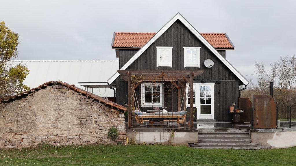 När Andrea och Björn köpte gården för fem år sedan var fasaden täckt av röda eternitplattor.