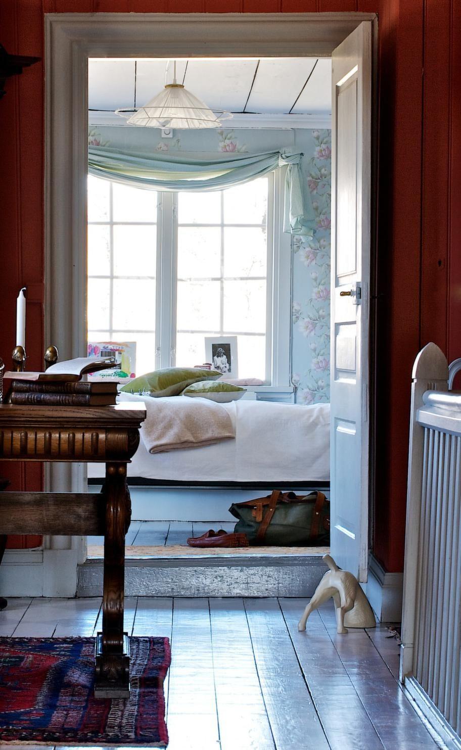 ROMANTISKT. Den vackra Carl Larsson-lampan med organzatyg i sovrummet är som pricken över i. Humoristisk dörrstopp i form av en liten hund.