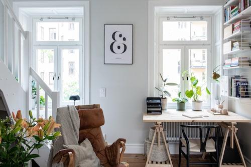 Fåtöljen Pernilla av Bruno Mathsson för Vux är ett auktionsfynd. Linnekudde, Ikea. Pläd, Åhléns. Skrivbord, Bauhaus. Svrt stol, CH24 Y-stol av Hans Wegner. Bokhylla, String. Klämspot Granit. Inramad plansch, Desenio.