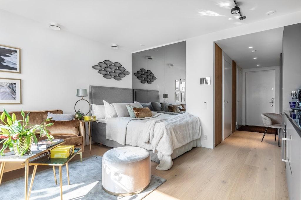 Allrummet med plats för matbord, soffa och säng har ekbrädgolv.