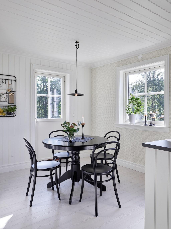Köket kommer i från Ikea och heter Bodbyn. Bordet är ett Blocketfynd, och stolarna är Thonet No 14 från Rum 21.