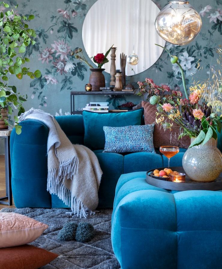 Bulliga, runda former på den blå soffan, helt rätt hösten 2019. Sammetssoffa Caesar, bredd 236 centimeter, och fotpallen Caesar kommer båda från The Sofa Store.
