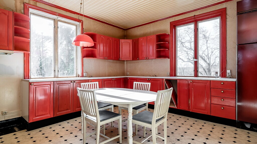 En påbörjad renovering av ena halvan av köket.