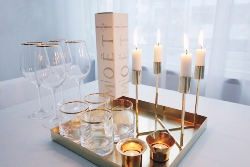 Detaljer. Guld och mässing finns i hemmets alla delar. Vaser och ljusstakar från Klong och Skultuna.
