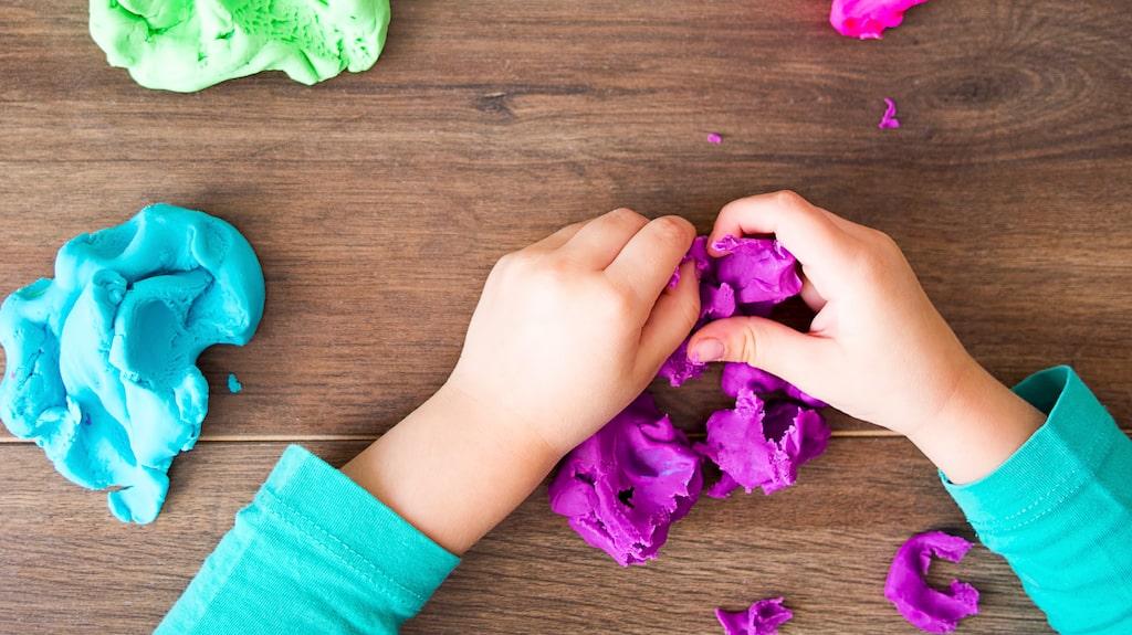 I hobbybutiker kan man hitta många olika livsmedelsfärger som man kan färga leran med.