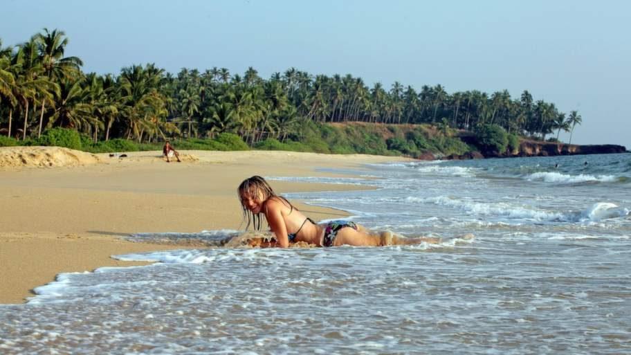 """""""Thottada är rena paradiset. Vi har hittat ett billigt och jättefint bed and breakfast bara tio meter ovanför stranden. Vi kommer tillbaka, helt säkert"""", säger Alsu Babusjkina från Moskva när hon njuter av Indiska oceanens varma vatten."""