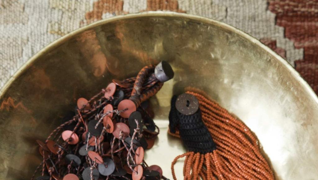 Etniska halsband, 295 och 490 kronor, Afroart. Guldskål, 220 kronor, Familjen Fogelmarck.