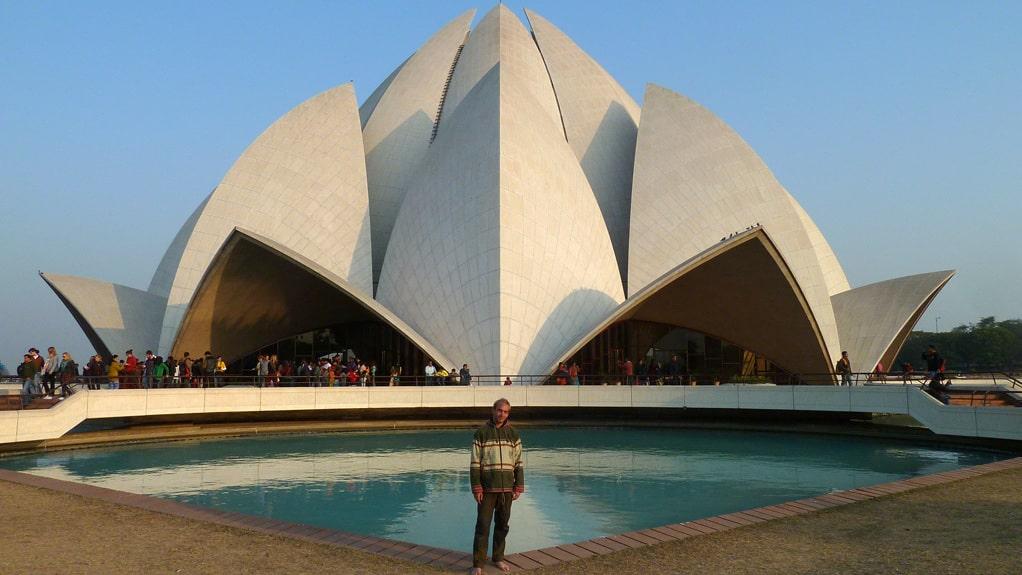 Jonatan Borling vid Lotustemplet i Delhi. Här tipsar han om bästa sätten att undvika att bli lurad på resan.