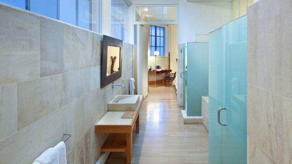 Ett av badrummen är både stort och avlångt.
