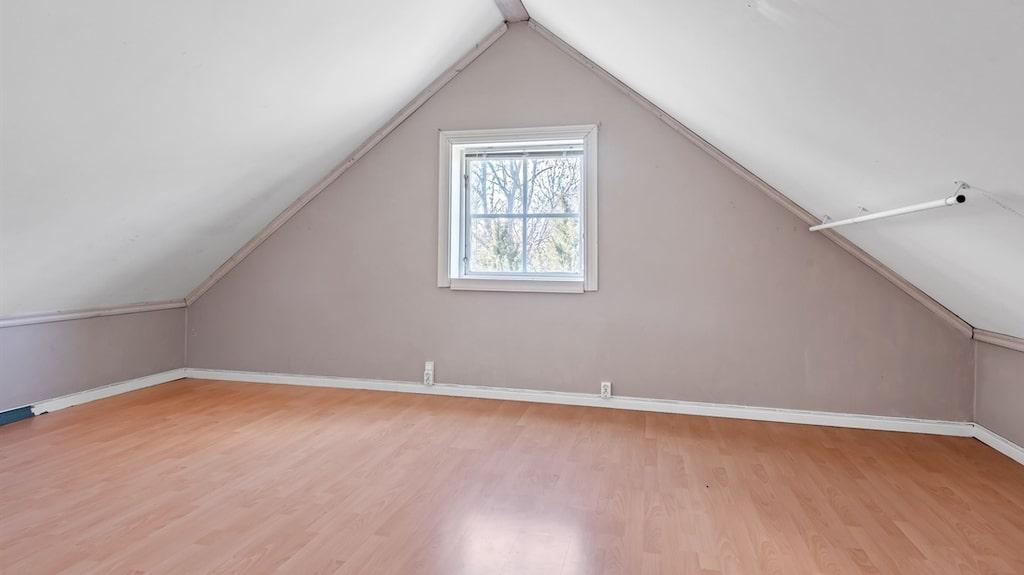 Det ena lite större rummet med plats för dubbelsäng.