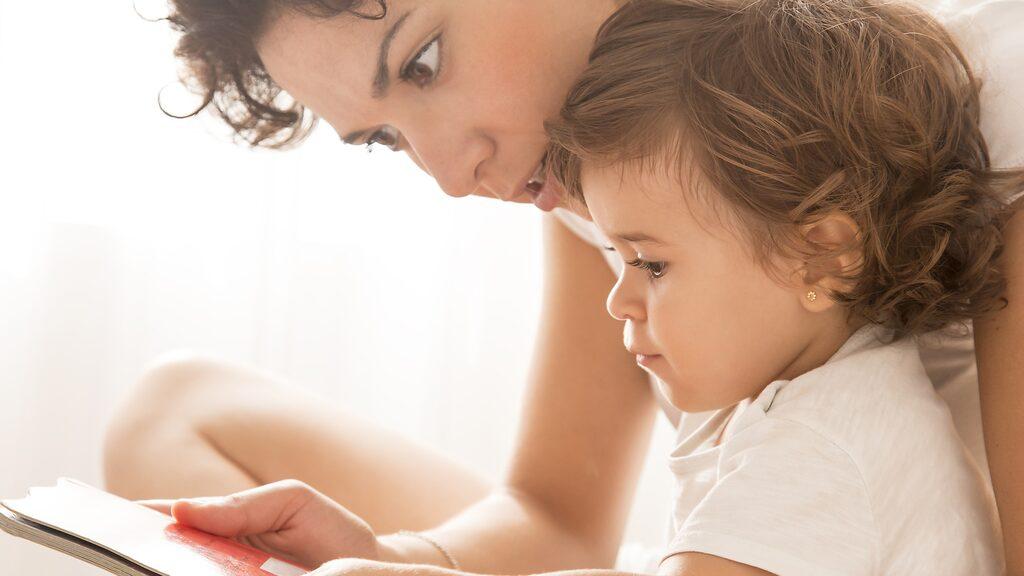 Att läsa för ditt barn är inte bara mysigt.