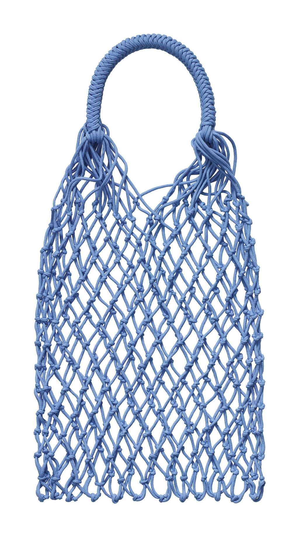 Väskan är gjord av återvunnen plast som man hittat på stränder och i vattendrag.