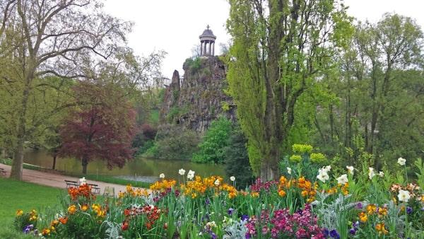 Parc des Buttes-Chaumont har vacker natur att flanera i.