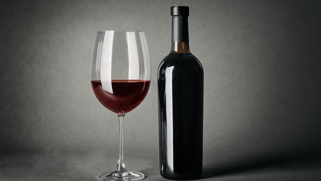 När vin mognar rundas syror och strävhet av, vinet blir mjukare, frukten dämpas och andra, svårbeskrivna toner kommer fram.