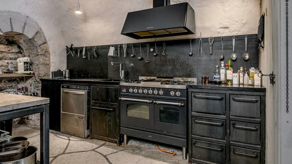 Exklusivt kök som har gasolspis med stekbord.