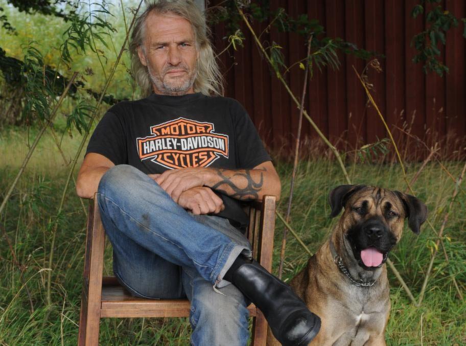 FAVORITEN. Sten har en älsklingsstol som är helt sammanfogad med träplugg på ett sådant sätt att den alltid följer din kropps rörelser. Den är mycket bekväm. Hunden, som alltid följer honom, heter Donna och är en sydafrikansk mastiff.