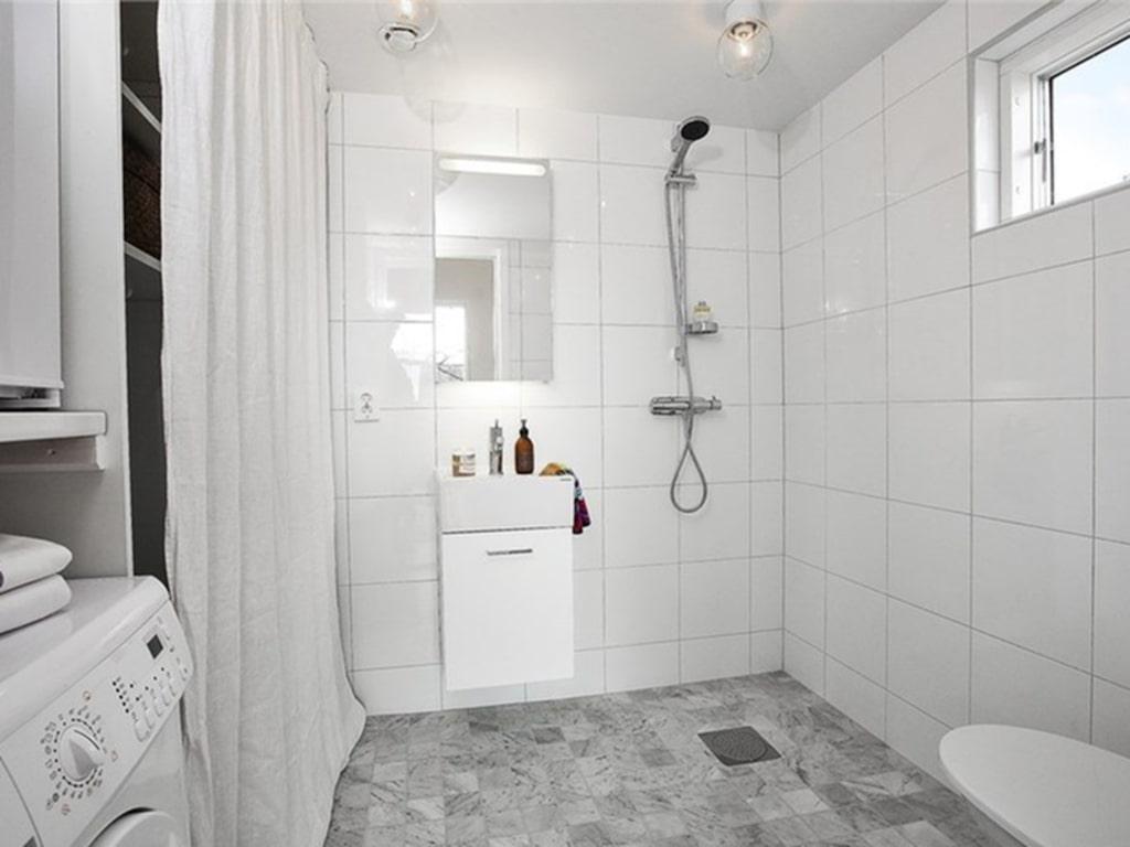 <p>I badrummet hittar vi golv av carraramarmor och kombinerad tvättmaskin/torktumlare – och en frys.<br></p>