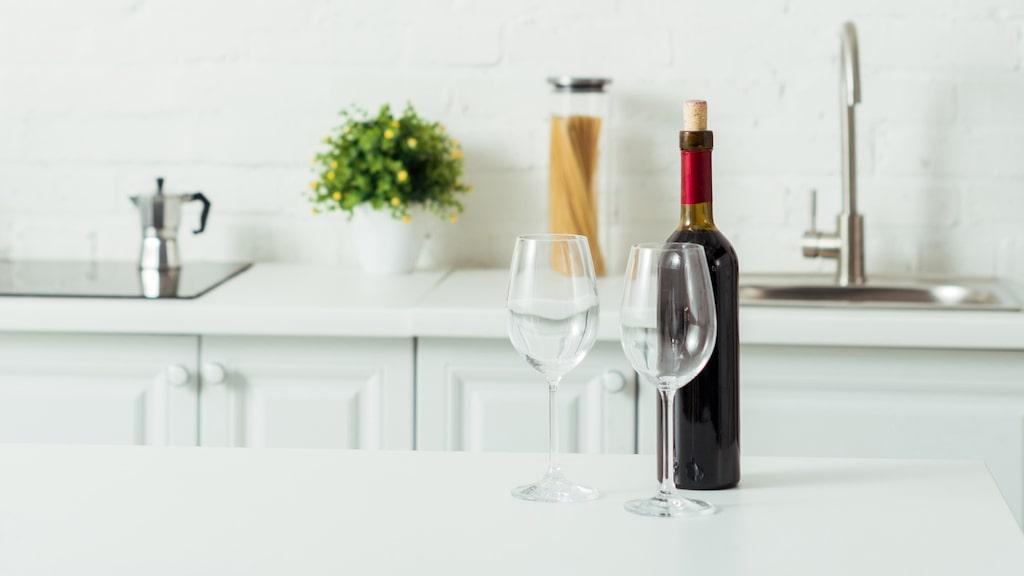 Det finns några platser i köket som är riktigt dåliga att förvara vin på enligt experten.