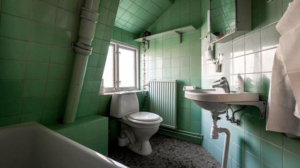 Det andra badrummet har ett gulligt litet fönster.
