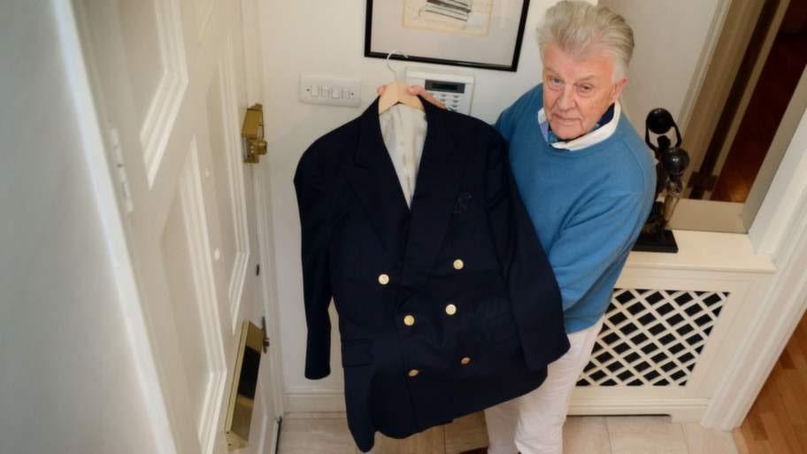 Sven-Bertil som alltid är klassiskt elegant klädd visar upp en dubbelknäppt, marinblå klubblazer i cashmere som han köpt i New York.