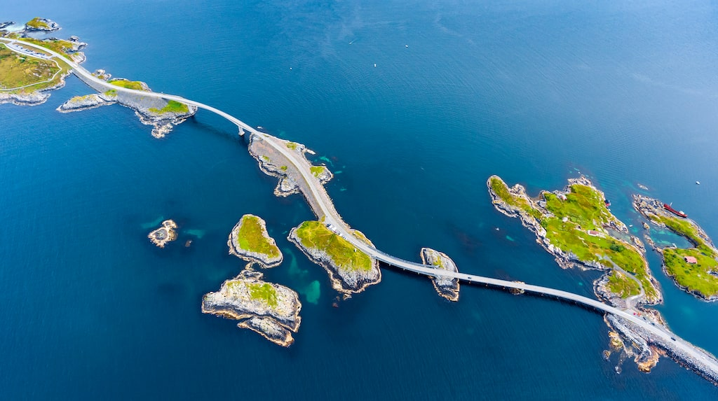 I Norge ligger vackra Atlanthavsvägen som stäcker sig över flera små öar.