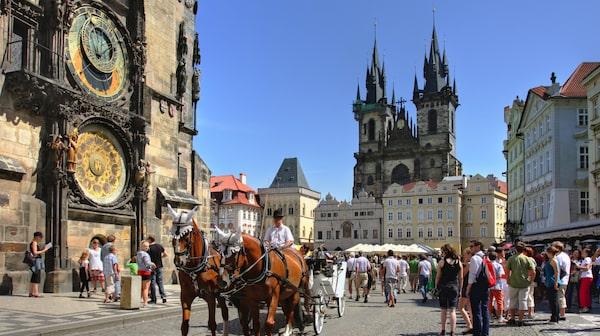 I Prag kan man vandra i timmar och upptäcka katedraler, palats och andra gamla vackra byggnader.