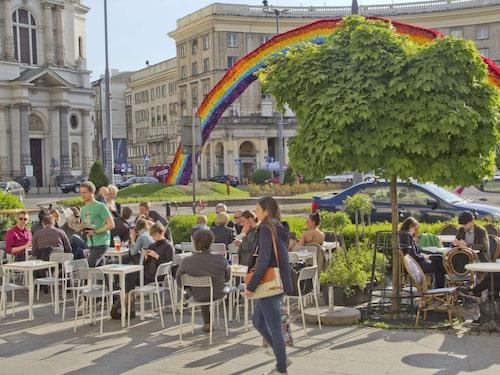 Regnbågen på Plac Zbawiciela i Warszawa retade gallfeber på vissa högernationalister. Regnbågen har nu monterats ner.