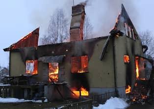 Hoppade ut genom fonster vid brand