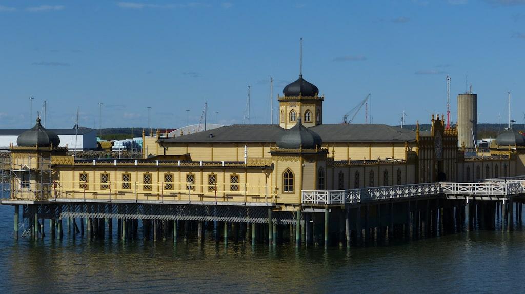 Varbergs klassiska kallbadhus från 1903.