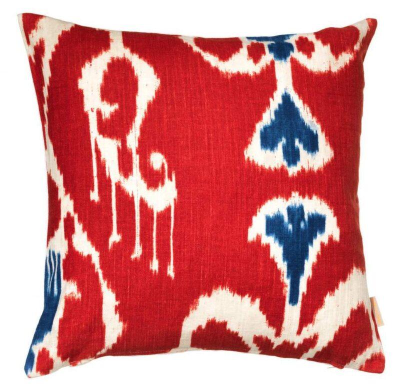 Mönster med etnisk touch kommer stort och då speciellt mönstret ikat. Kudde, 50x50 centimeter, 999 kronor, Cushion me happy.