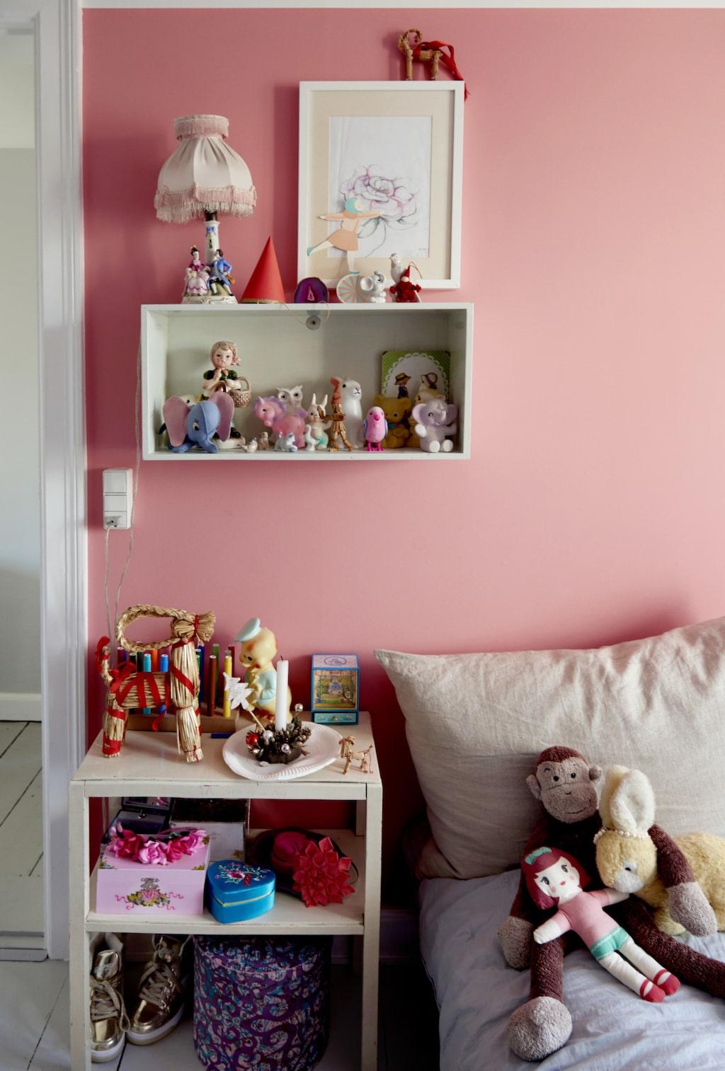 Hannahs rum är målat i en vacker rosa färg.