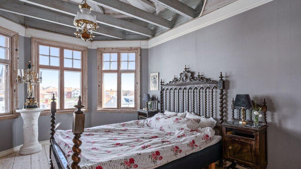 På andra våningen, i tornet, ligger detta sovrum med öppet upp till tornets konstruktion – att titta på innan man somnar.