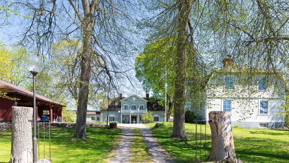 Vägen fram till Hof Gård. Till höger ser man det andra huset som även det ingår i köpet. Till vänster en stor carport.