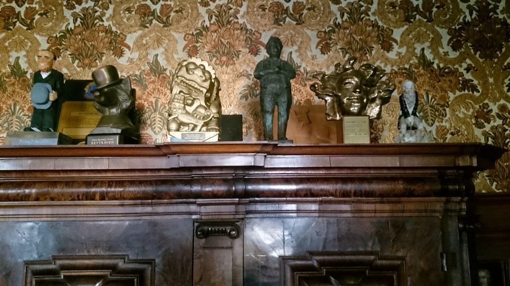 I barockhallen står ett tyskt skåp, som pryds av priser och utmärkelser som Bosse Parnevik fått genom åren. Bakom skåpet sitter en tidstypisk tapet.