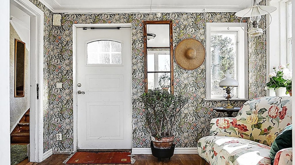 I huset finns flera mönstrade tapeter. I hallen pryder en William Morris-tapet väggarna.
