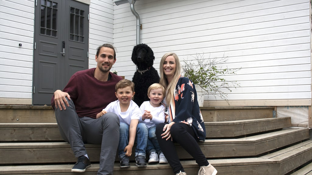 Lasse, Trude, barnen och hunden trivs oerhört bra i sitt hus.