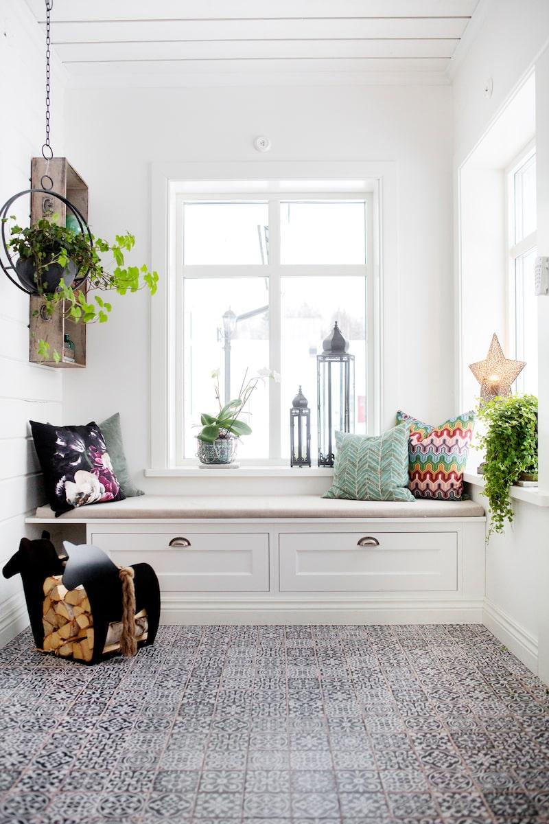 Ett kaklat golv och en inbyggd sittbänk gör verandan personlig.