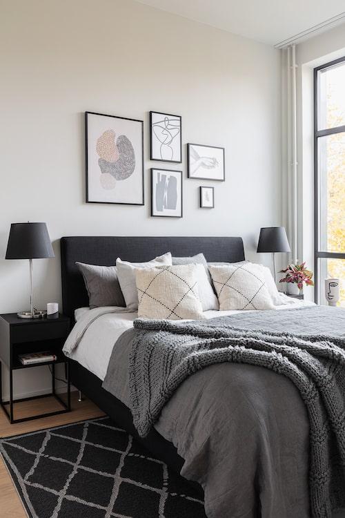 Parets sovrum har en avskalad färgskala vilket ger en behaglig och avslappnande känsla. Lakan, H&M Home. Överkast, Ellos Home. Filt, H&M Home. Dekorationskuddar, Rolf & Friends. Tavlor och Posters, Desenio. Nattduksbord, Ikea. Lamporna har hängt med hos familjen i många år.