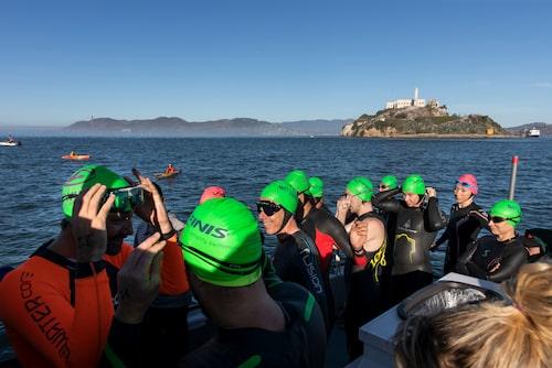 Gruppsim med World Water Swim från Alcatraz till Aquatic Park.
