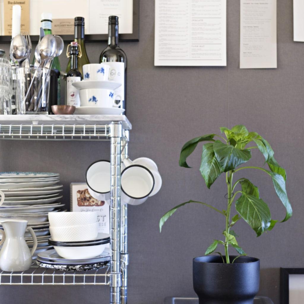 Menyer. På väggen i köket har Frida samlat olika menyer som förstärker bistrokänslan. Det är ett kul och billigt sätt att fräscha upp inredningen med minnen från favoritrestaurangerna.