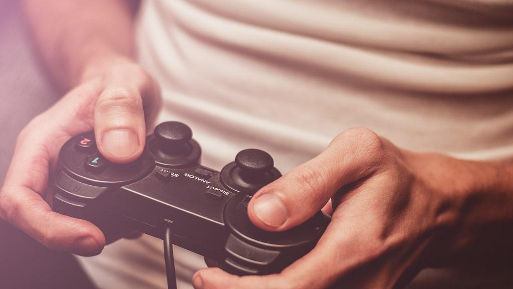 Ägnar din snubbe tid åt tv- och datorspel? Det kan ha vissa fördelar...