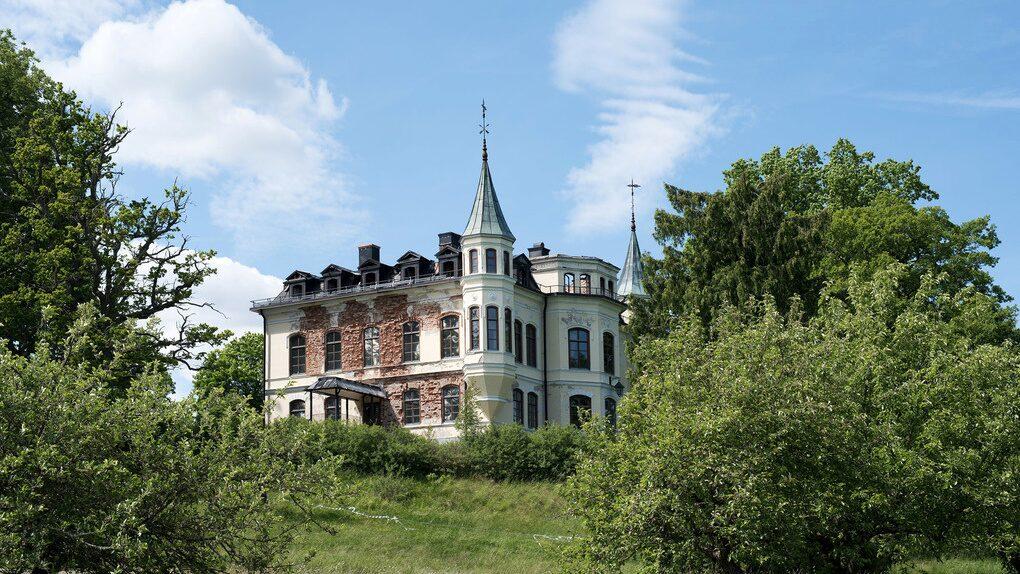 Hägerstads slott byggdes 1868 och ritades av Helgo Zetterwall, en av 1800-talets mest framstående arkitekter. Så här såg det ut när det låg ute till försäljning.