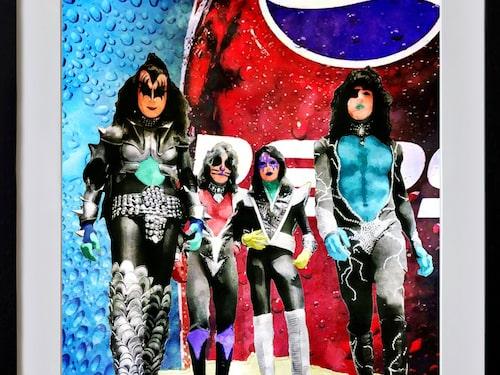 Hårdrocksbandet Kiss i Per Siwmarks tappning. Alla hans tavlor håller en färgskala som gör att de passar att hänga ihop.