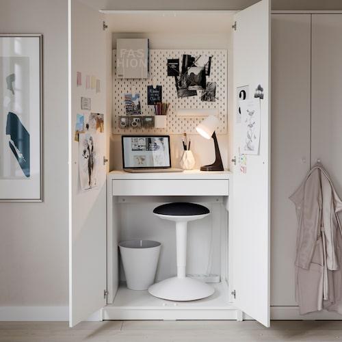 Skrivborde Micke går att få så litet att du får plats med kontoret i en garderob. Bara att stänga dörrarna när du går hem för dagen.
