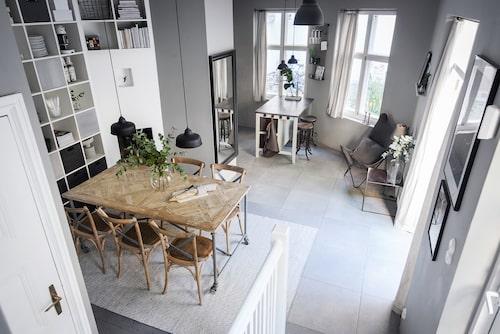 Huset är i två plan. På bottenvåningen finns sällskapsrum, kök och badrum.