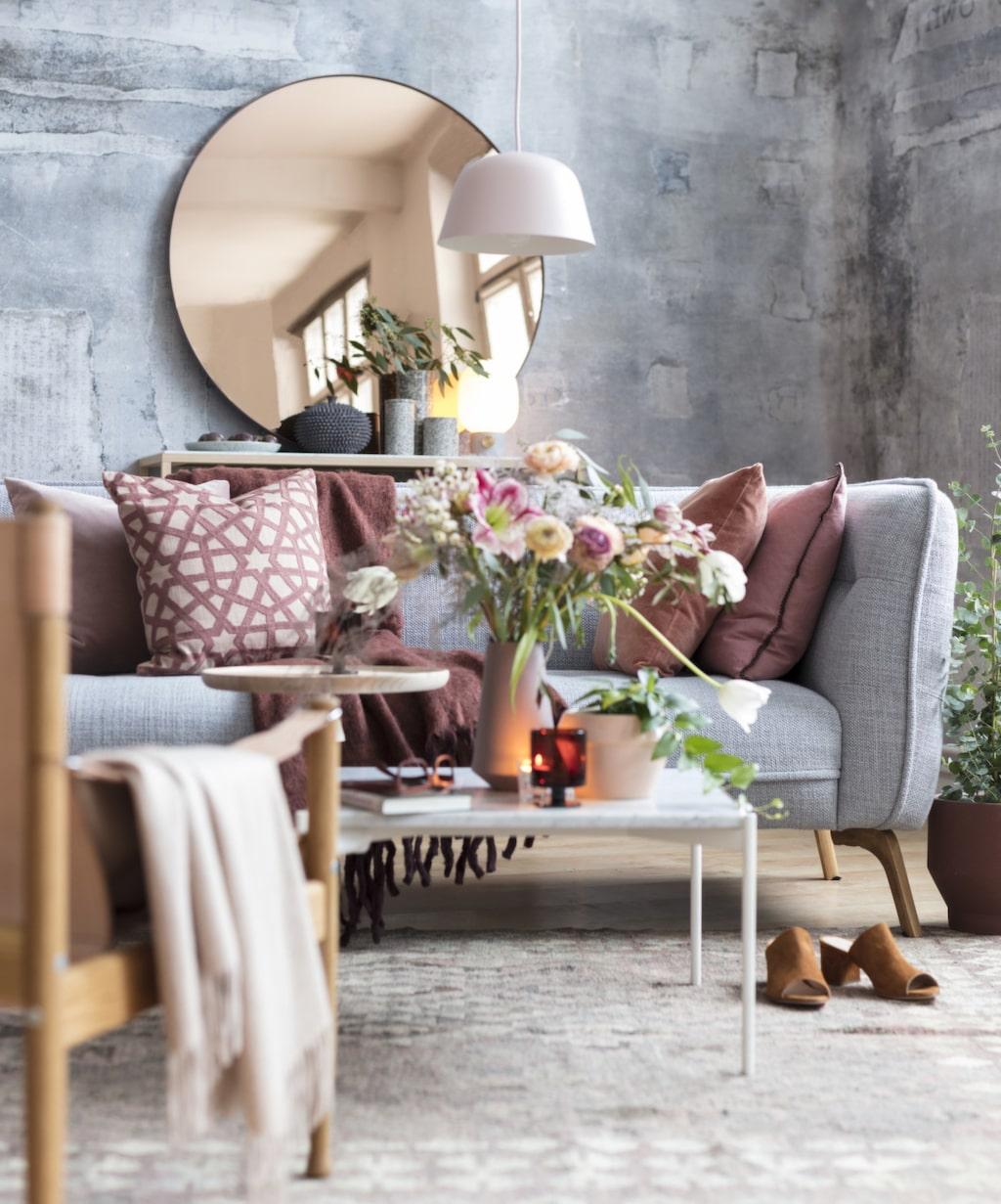 Brända toner! Mixa grå nyanser med rostrött och rosa. Fyll på med blommor, gröna växter, lampor och ljus för en levande känsla.