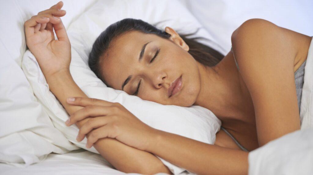 De flesta lägger sig för att sova i alldeles för varma temperaturer.
